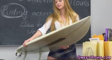 Худенькая студентка трахается с чуваком на столе в кабинете университета
