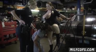Строгие полицаи заставили темнокожего парня ублажать их