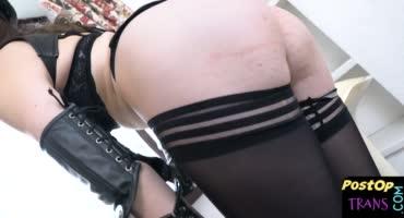 Телочка в черных чулочках и белье мастурбирует на камеру