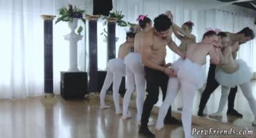 Мужик выебал по очереди раком своим учениц танцовщиц
