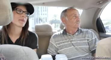 Старичок решил устроить сюрприз своему другу имениннику и вызвал проститутку