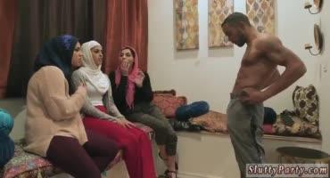 Арабские сучки поочереди отсасывают большой член