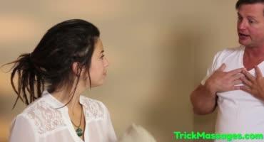 Молодой брюнетке устроили стоячий сюрприз во время массажа