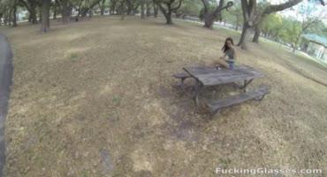 Худосочную шлюху сняли посреди парка и отвели домой трахаться