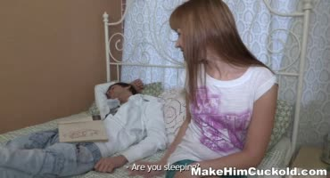 Русая девушка привязала своего парня к кровати чтоб сделать его куколдом