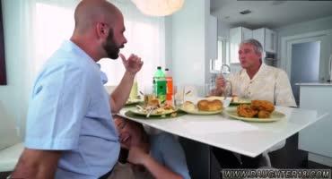 Молоденькая сучка сосет папиному другу на кухне