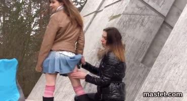Русская девка на спор занялась фистингом на улице с пьяной подругой