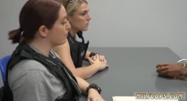 Милфы копы попытались разговорить преступника на допросе минетом