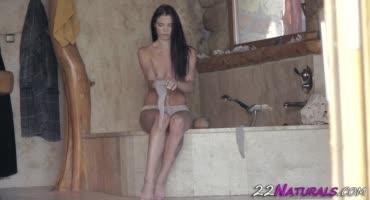 Брюнеточка сидела в бане и готовилась к горячему сексу
