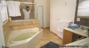 Парочка прекрасно развлеклась в ванной комнате