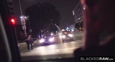 Темнокожий альфа самец подцепил соску на улице и выебал её везде где только можно было