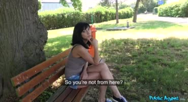 Русская цыпочка отдалась под забором пикаперу за деньги
