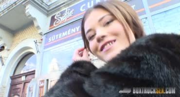 Сняв на улице Парижа красивую сучку, оператор решил трахнуть её в зеркальном фургоне