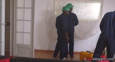 Негры рабочие побаловали белую домохозяйку большими членами