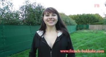 Французская студентка распечатывает себя перед камерой