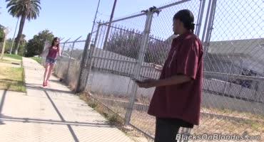 Белая цыпочка в короткой юбке попала на групповуху к неграм в солнечно Лос - Анджеле