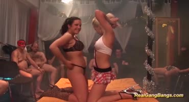 Две молодые девушки с радостью обслужили кисками толпу мужиков
