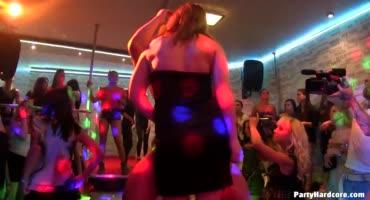 После пары-тройки коктейлей девки были готовы на оргию в клубе