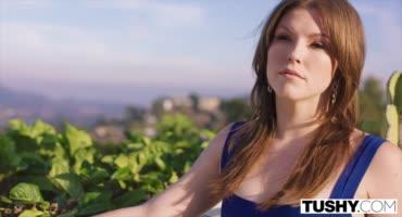 Опытная дамочка открывает своей знакомой прелести анального секса
