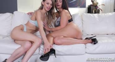 Шикарные девушки ублажают друг друга на диване, пока никто не видит