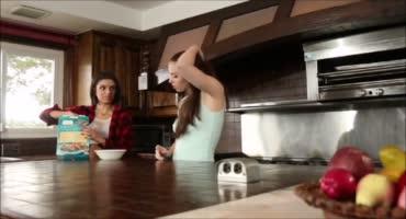 Сочные стройные шлюхи трахнулись на кухне