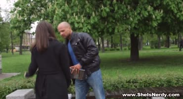 Лысач подцепил отличницу в парке и дал ей в зад