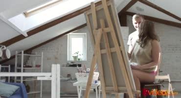Блондинка возбуждается после занятия рисованием, после чего разрешает отлизать её киску