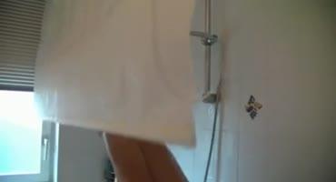 Паренек зашел в ванну к своей телке и выебал в анал