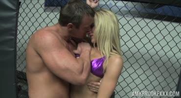Настоящий неравный бой между худой блондинкойи членом мускулистого бойца