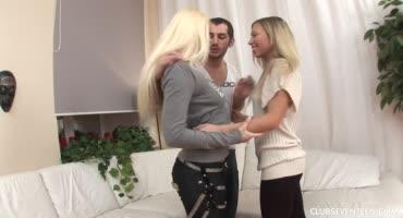 Парень трахает двух развратных блондинок в анал
