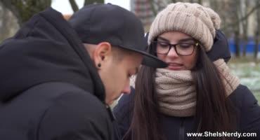 Парень снимает сучку на улице, после чего вставляет ей свой член