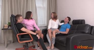 Русские друзья проверяют диван на прочность групповым сексом