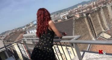 Рыжая сучка совсем не против делать минет на крыше здания