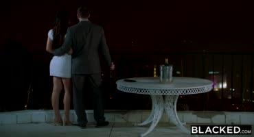 Девка отдает свой анал на жесточайший проеб черным членом