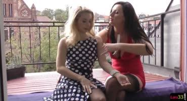 Брюнетка и блондинка решили развлечь себя лесбийским сексом