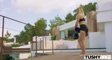 Блондиночка занималась гимнастикой, после чего мужик трахнул ее в анал