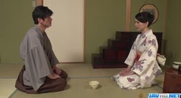 Два японца заставили японку сосать член, после чего выебали ее в киску и анал