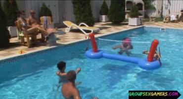 Безотказных кисок разводят на секс у бассейна