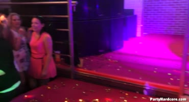 Секси девушки дают на сцене стриптизерам
