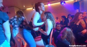 На секс-вечеринке, брюнетка получает член в киску и оргазмирует