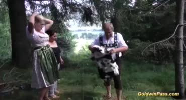 Мужики трахают толстух в лесу