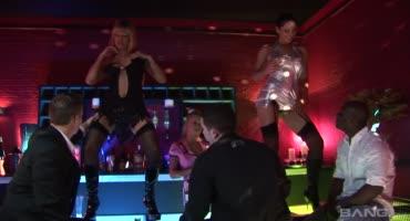 Парни хотят засадить сексуальным стриптизершам в клубе