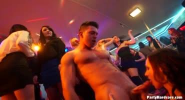 Телки решили пососать парням в ночном клубе