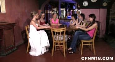 Девки соблазняют мужиков прямо в ночном клубе