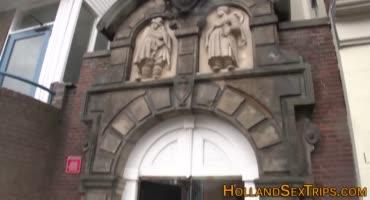 Парень снимает красотку в публичном доме