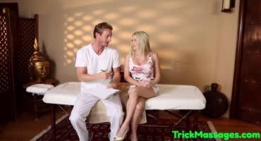 Грудастая блондинка просит помассажировать свою киску