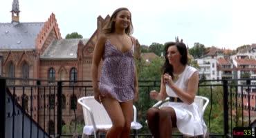 Молодая красивая лесбиянка соблазнила журналистку и вынудила лизать свою киску