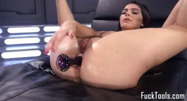 Сисястая проститутка кончает с секс машинами