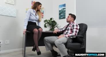 Сисястая секретарша разбудила начальника своей киской