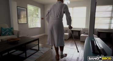 Молодая медсестра пришла сделать массаж тела пациенту